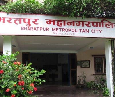 सङ्क्रमितलाई अस्पताल ल्याउँदै भरतपुर महानगर