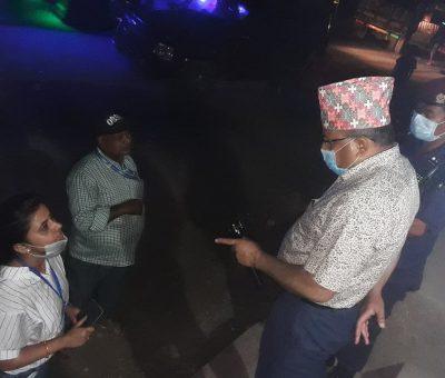 कोरोना त्रास संगै प्रशासनको कडाईः दिउसो बजार राती नाकामा चेकजाँच